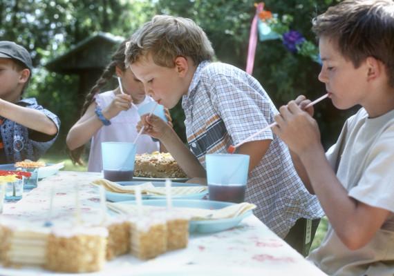 Gegen Wespen: Besser mit Strohhalm trinken (Foto: obs/Initiative Insektengift/G. Baden)